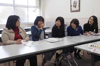 熊日の取材を受ける総務委員会のメンバー