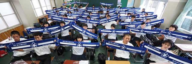 応援タオルを一斉に広げる1年8組の生徒たち