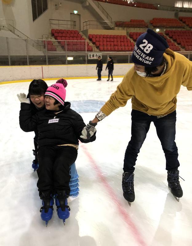 青年会議所の方とスケートを楽しむ生徒