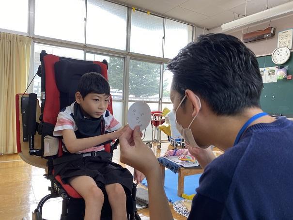 視機能評価の様子(小学部児童)