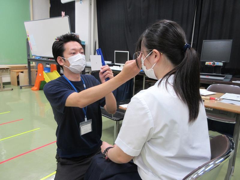 視機能評価の様子(高等部生徒)
