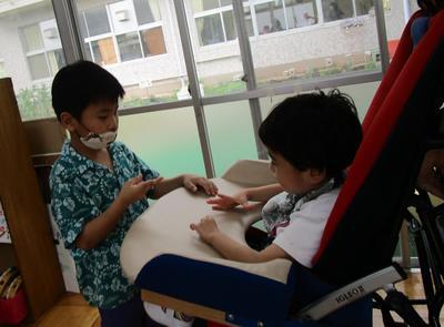 人権学習の取り組みとして、子ども同士がじゃんけんをしている。