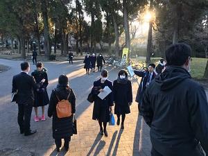 熊本大学へ次々と生徒がやってきます。