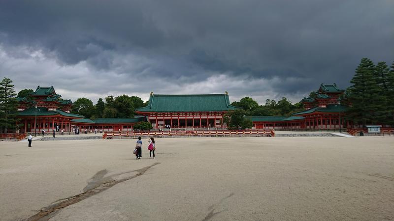 会場横の平安神宮