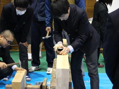 建築業の体験をする生徒