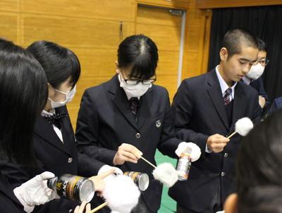 指紋採取の体験をする生徒