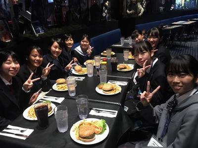 ③昼食にはアメリカンザイズのハンバーガーが!