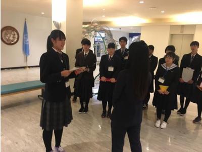 ⑥国連事務局の方へ、代表挨拶をする本校の福田さん