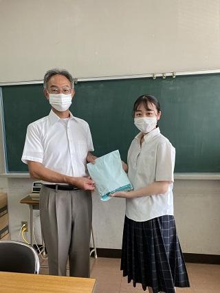 芦北高校の丁校長先生にお渡ししました